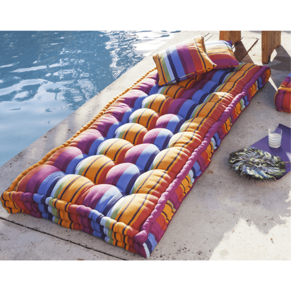 matelas sur matelas coussin d coratif couvre lit. Black Bedroom Furniture Sets. Home Design Ideas